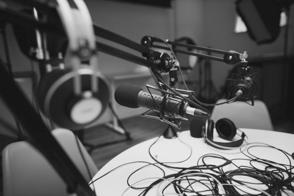 Fotka mikrofonu a nahrávacího studia v pozadí
